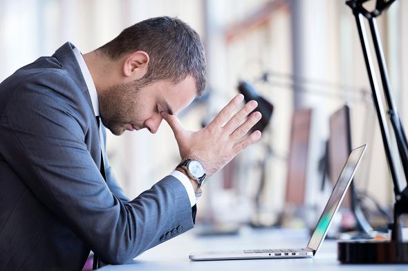 Anställda Mellanlagrar Viktiga Filer På Skrivbordet
